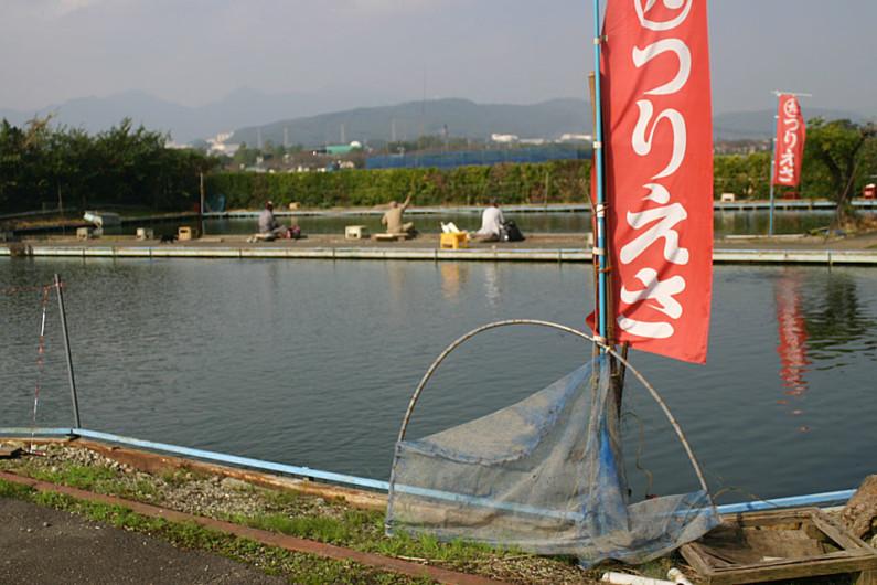 一般的な、昔からあるタイプの釣り堀です。釣りやすいように駆け上がりなどの工夫がされています。8尺や9尺の竿でも底釣りが楽しめるように水深はあまり深くありません。最近では「浅だな」の釣りが当たり前に行われますが、昔は「へらぶな釣りの基本は底釣り」という概念が強く、たいていの釣り堀には底釣り専用池がありました