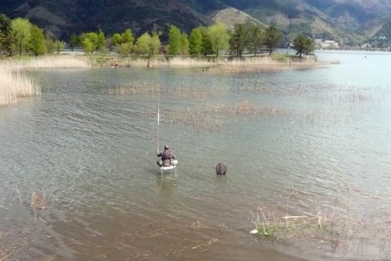【河口湖ホテル前】 河口湖ホテルの前にあるワンドです。こういうポイントは短竿でOKですが、魚が入ってないと一日アタリがないこともあります。濁っているときには、絶好のポイントになります