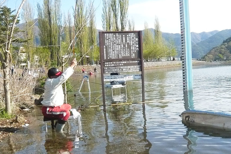 「釣れない釣れない」と言われる河口湖ですが、2人同時に竿を絞っているのがわかるでしょうか。どちらも40cmをたっぷりと超える大型でした。場所とタイミングに恵まれれば、40cm以上ばかりを数十枚という釣りも夢ではありません。河口湖の魅力は、多くの固定ファンがいることでもわかります