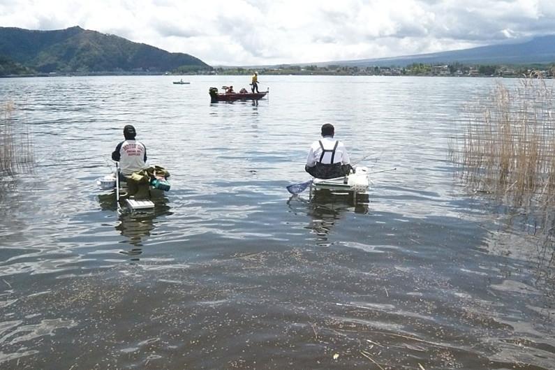 釣り台を前に出して、遠浅での釣りです。こんな時にも長竿が活躍します。遠浅の場合は、3枚合わせや4枚合わせの寸が短くても浮力のあるウキがあると重宝します。